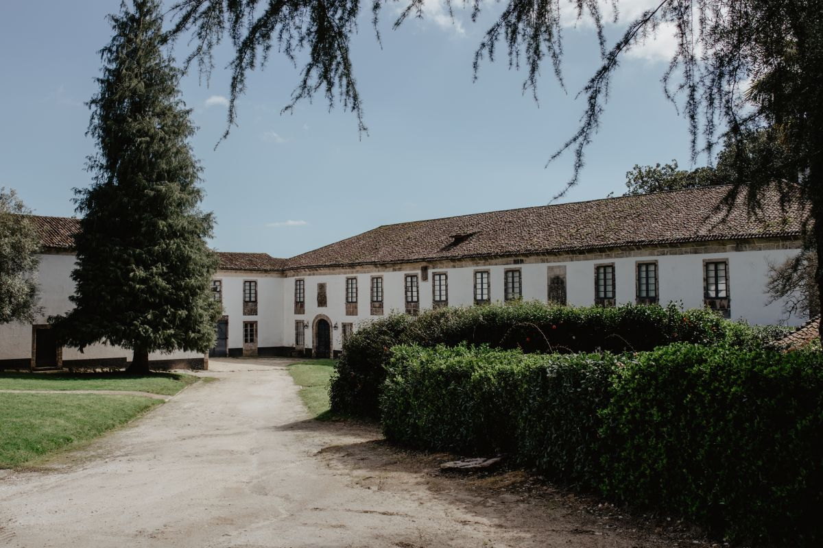 La casa del pazo de Santa Cruz de Rivadulla, la más sobria, por su origen eclesiástico.