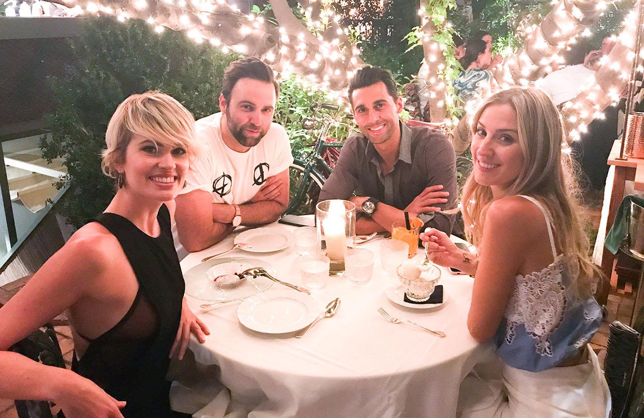 Adriana junto a unos amigos, entre ellos el futbolista Álvaro Arbeloa, en el restaurante 'Numa Pompilio'. Foto cedida.