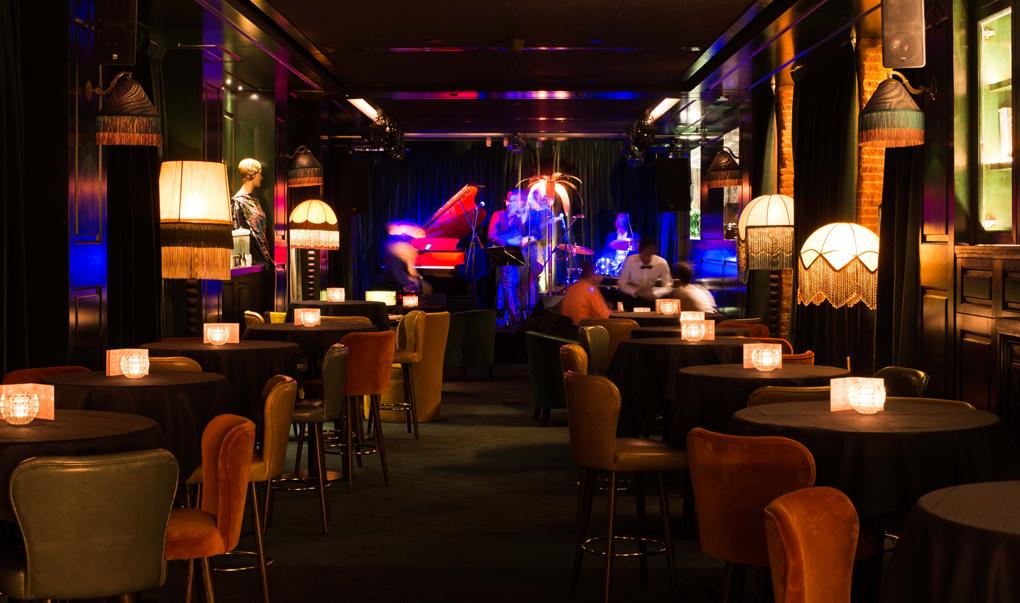 La planta baja del restaurante Amazónico de Madrid esconde un club de jazz a lo 'Lalaland'.