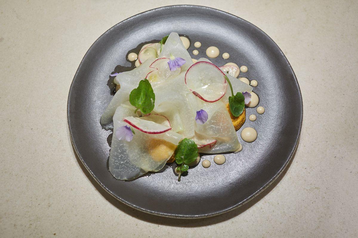 Plato de ensalada de col rabi con salsa romesco y tamarindo, en el restaurante Hetta, Barcelona.
