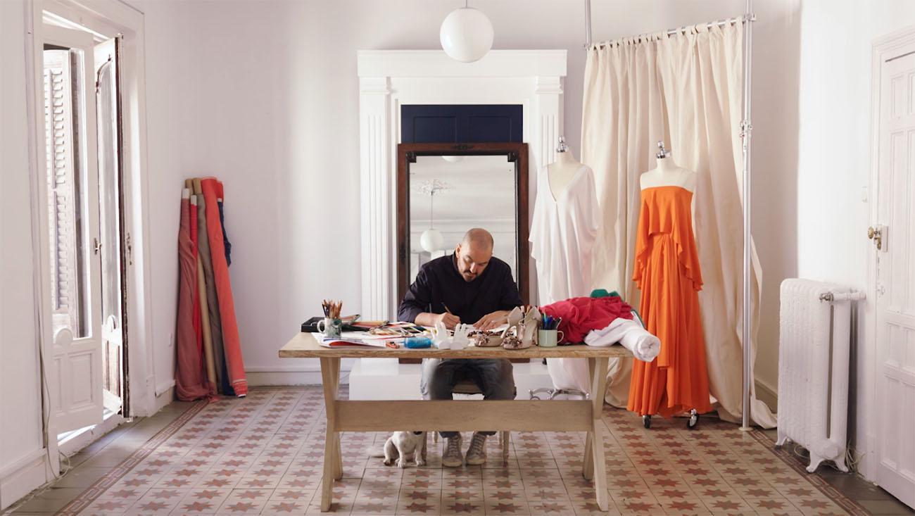 El diseñador Juan Duyos, en su estudio de alta costura.