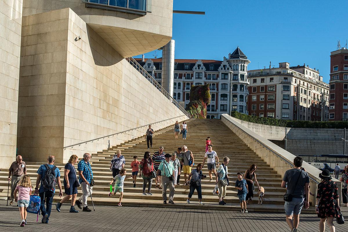 La escalinata del museo que lleva hasta la escultura Puppy.