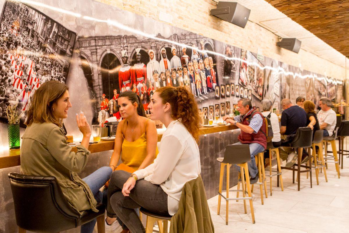 Junto a la barra del 'Iruñazarra', las cañas, los vinos y los fritos saben mucho mejor.