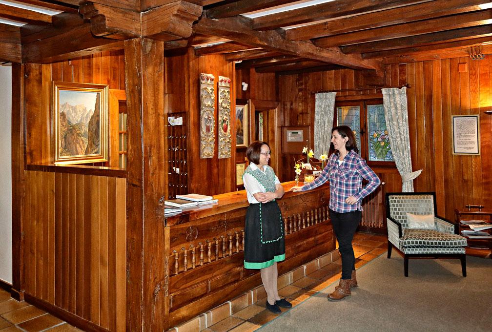 Begoña, en la recepción del hotel, hecha totalmente de madera.