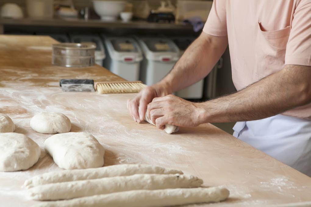 La elaboración del pan en 'El Cenador' es un proceso 100 % artesano.