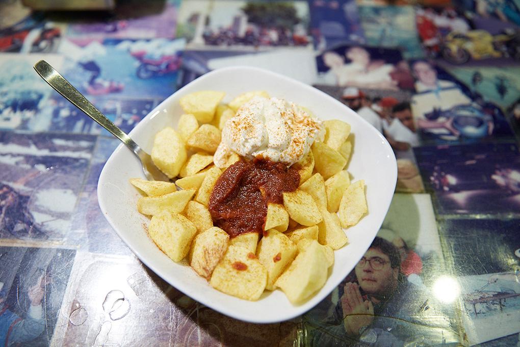 Su ración de patatas bravas bien picante. ¡Solo para valientes!