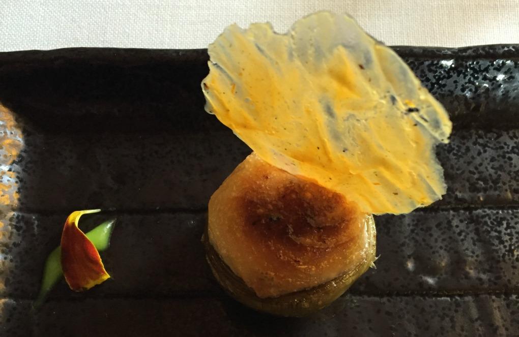 El plato más antiguo de la carta: alcachofa rellena de gamba roja y cebolla con mayonesa de ajo gratinada. Foto: Antonella Ruggiero.