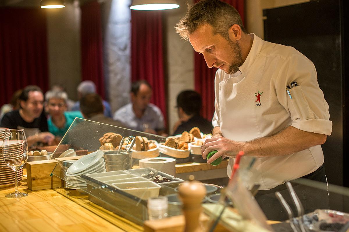 El chef Diego Valdivieso preparando unos postres.