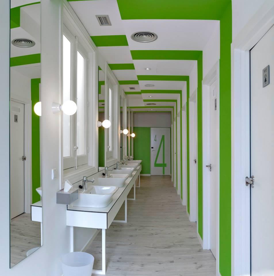 Baño en blanco y verde muy moderno