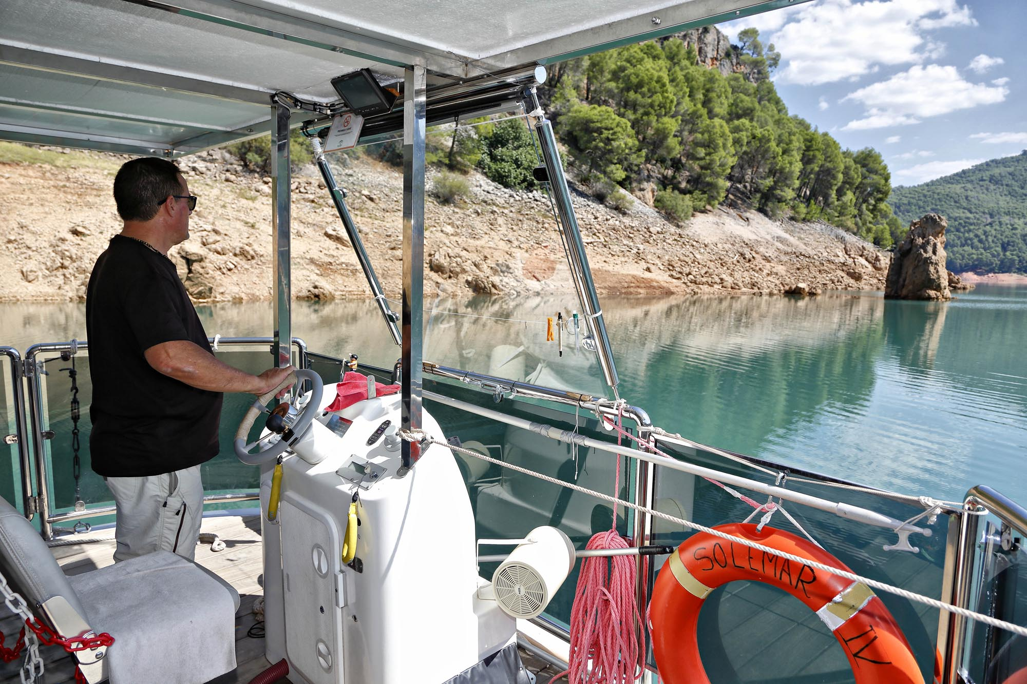 Joaquín lleva más de 38 años navegando con barcos. Hasta ahora ninguno era solar.