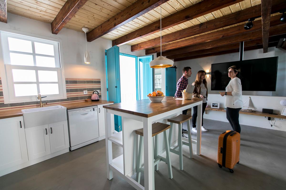 Cala Bonita es un apartamento de dos alturas lleno de luz.