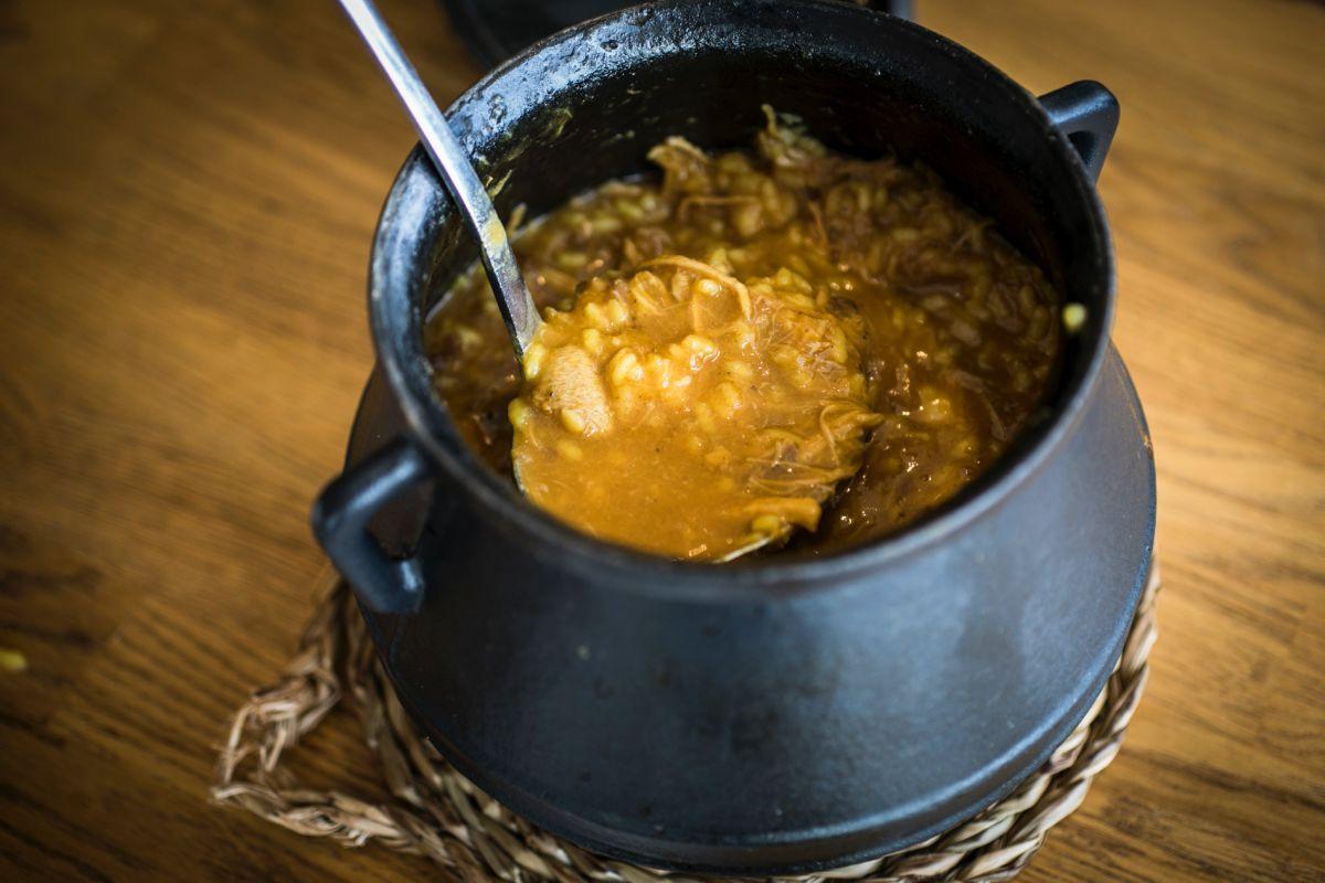 En 'La Marítima', el arroz con alubias lo sirven como toda la vida, en una olla.