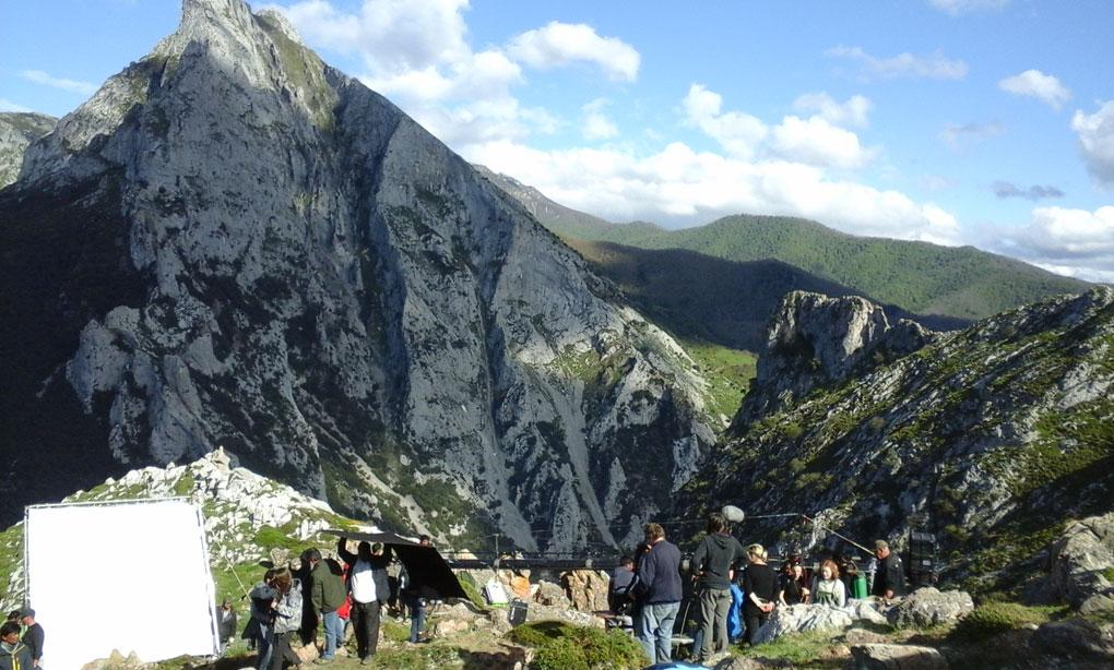 Con el Peñón de fondo, el set de rodaje se prepara para filmar una escena de la cueva de Heidi. Foto: Pedro Velardes.