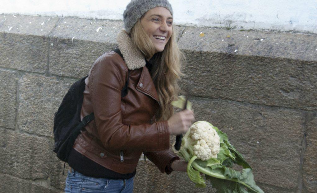 Retrato de Lucía Freitas con una coliflor.