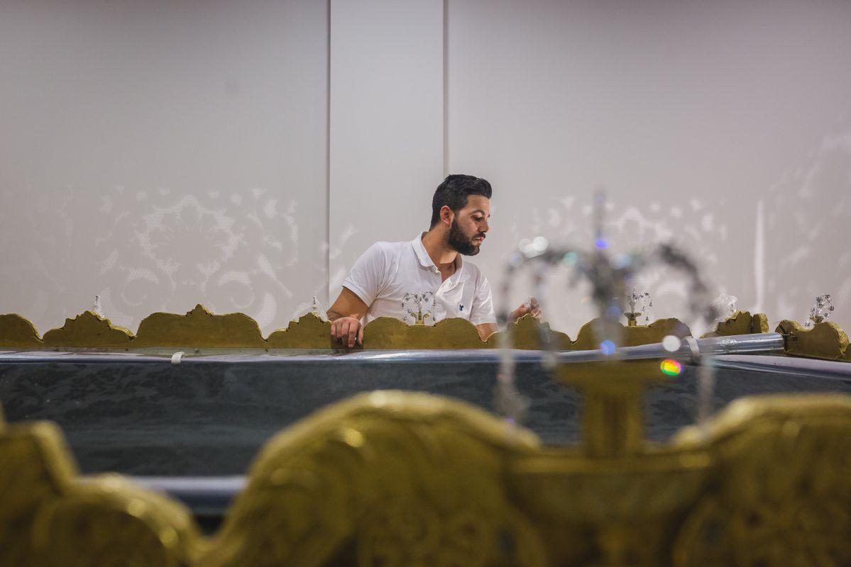Montaje de las bambalinas y techo del palio de la Hermandad de la Sed, con el detalle de los cristales de Swarovski.