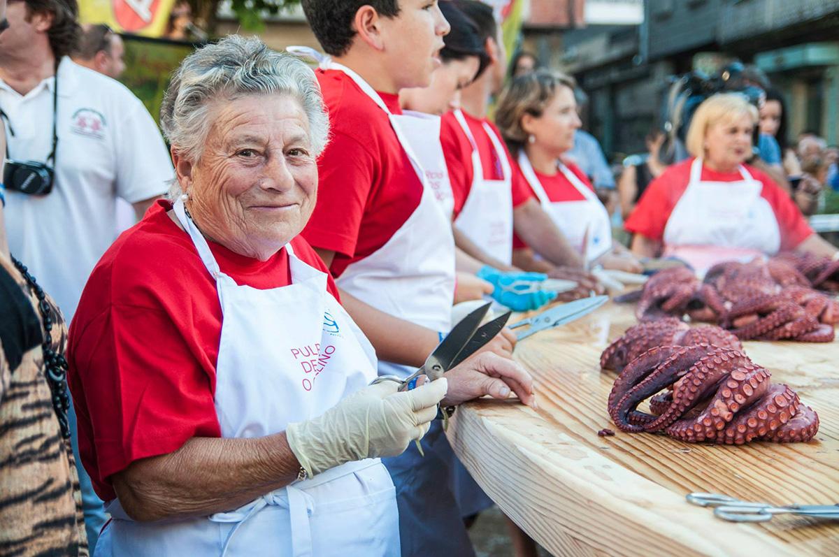 Mujer mayor sujetando unas tijeras para cortar pulpo