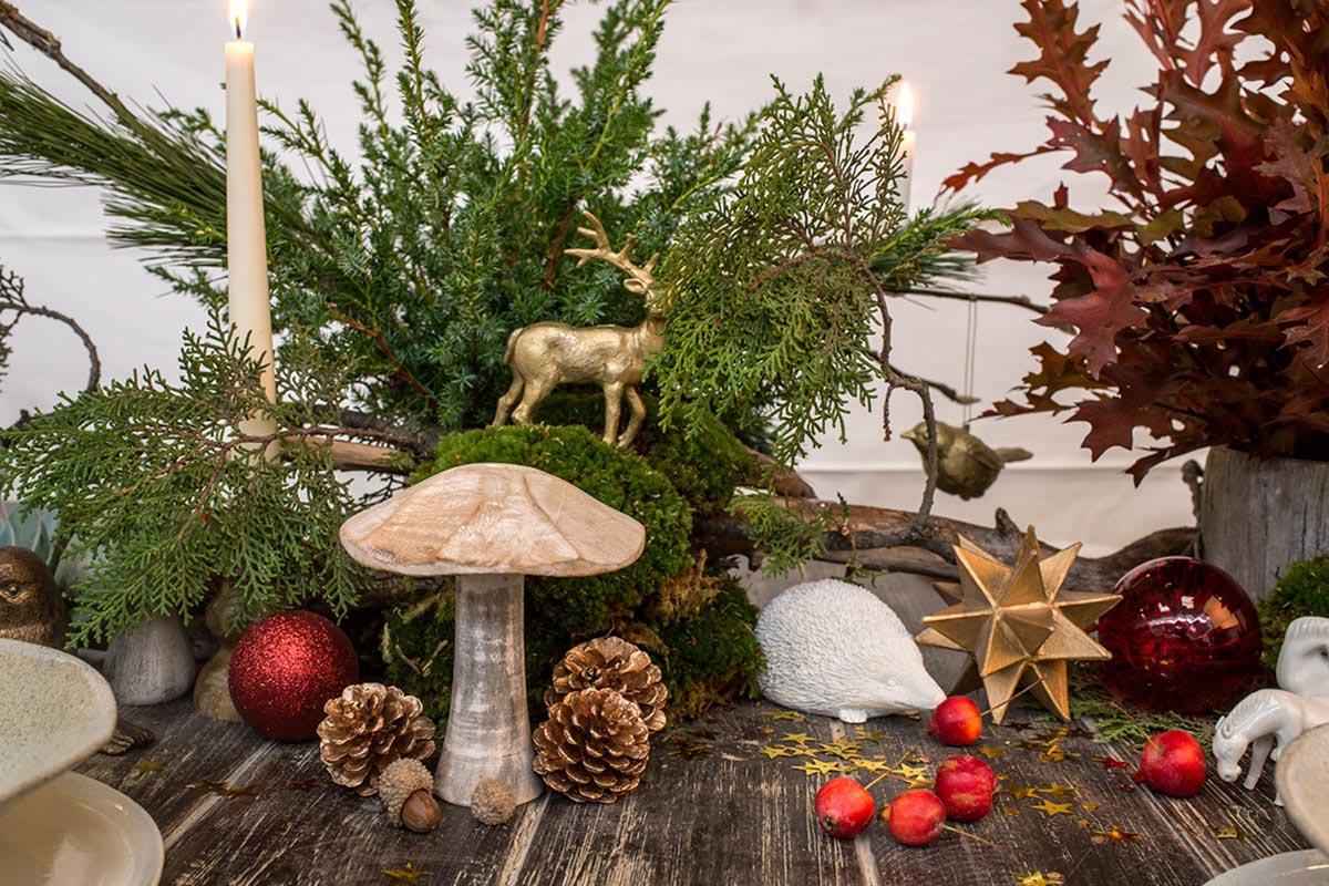 Detalle de seta en el montaje de un centro de mesa navideño