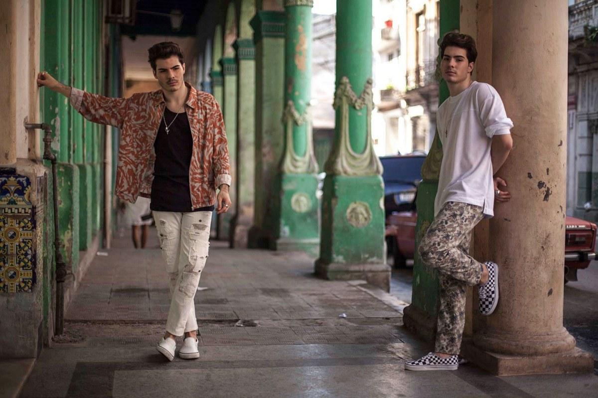 Los sevillanos han grabado su último videoclip en Cuba junto a artistas como Joey Montana y Sharlene. Foto: Facebook.