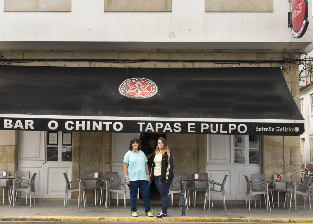 Julia y Mónica, tía y sobrina, te esperan en las puerta del bar.
