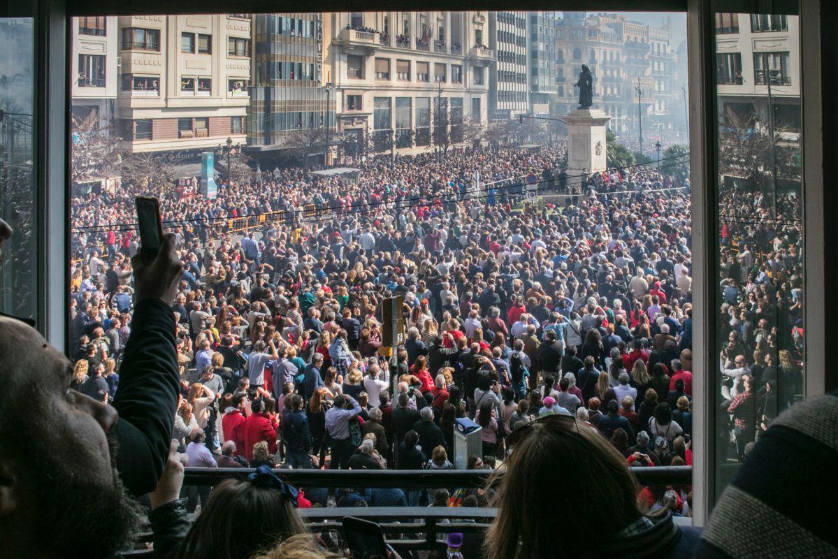 La Plaza del Ayuntamiento se llena de gente cada vez que celebran la mascletà.