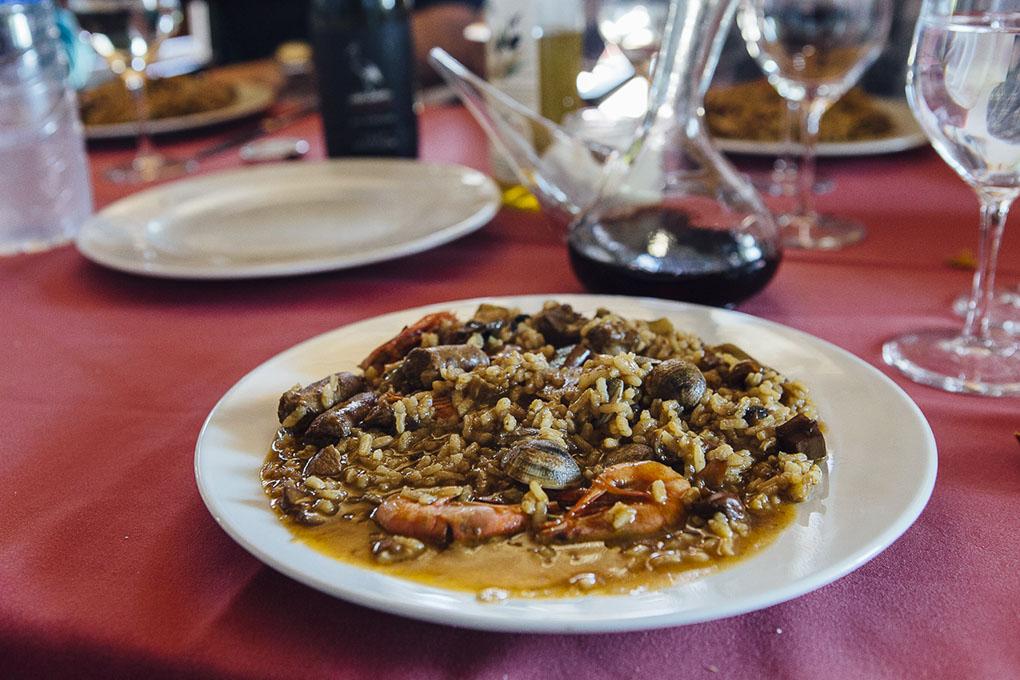 El arroz a la olla que prepara Joan, acompañado de embutidos y 'pa amb tomaca'.