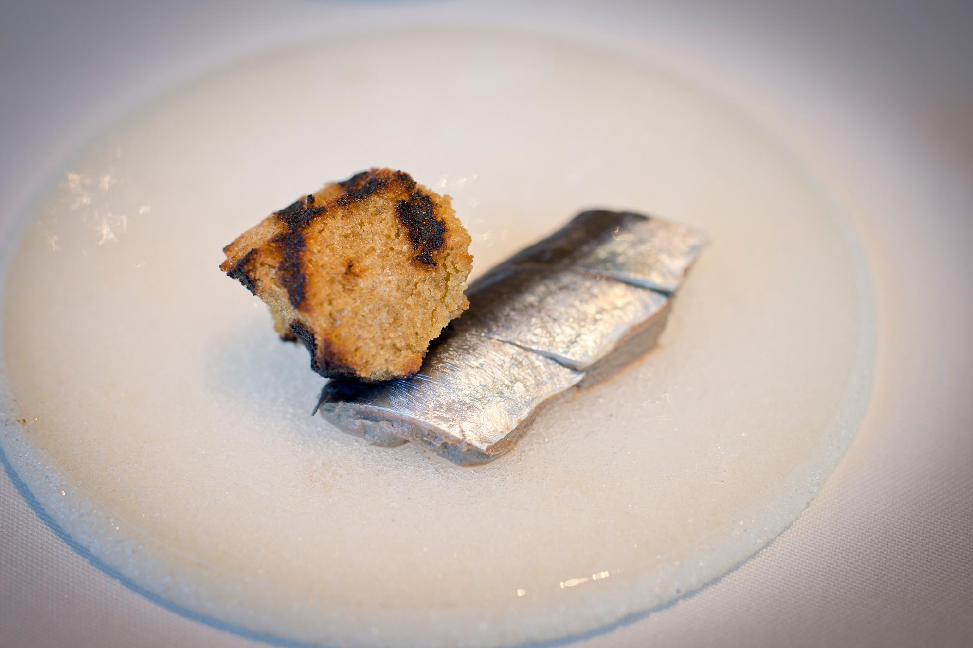 Paté de codorniz con sardina marinada.