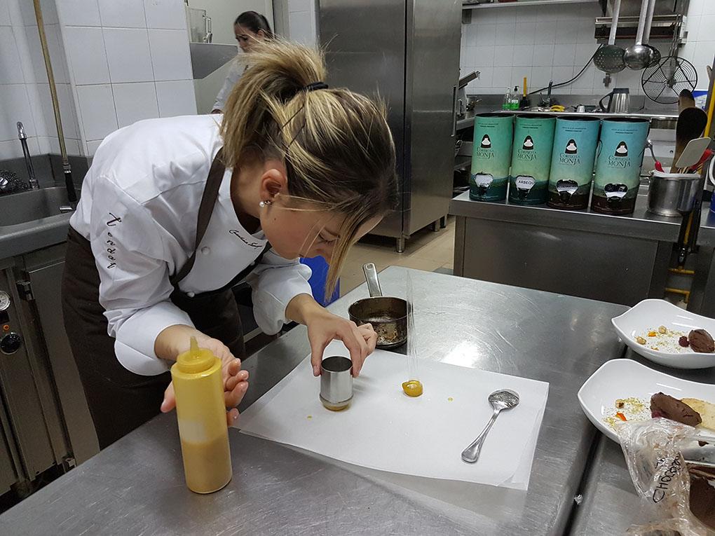 Tarazaga, en las cocinas de 'Tendal', experimentando con los virgen extra. Foto: Edu Sánchez.