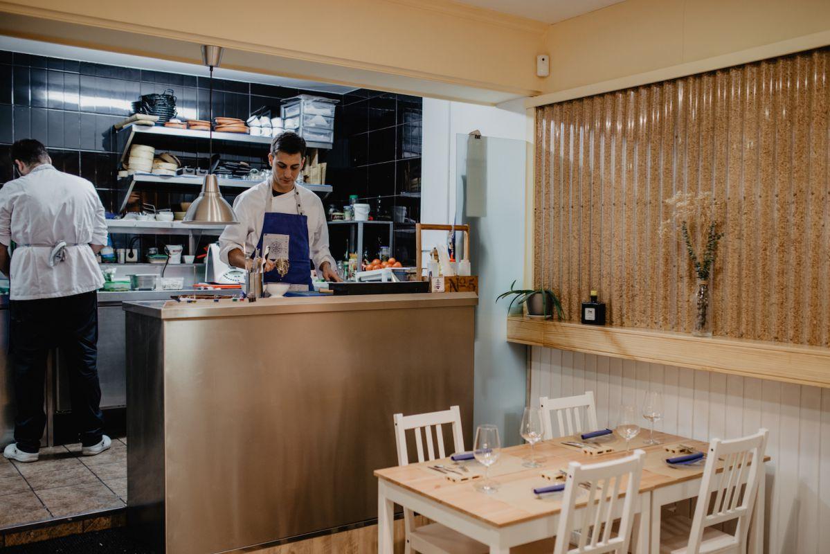 Adrián Albino preparando los platos en su cocina abierta al restaurante.