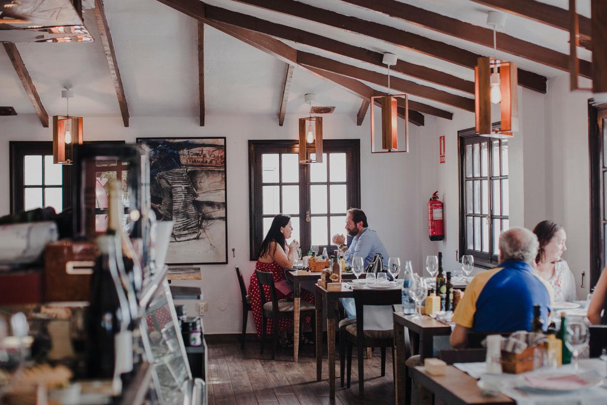 El salón del restaurante, luminoso y acogedor.