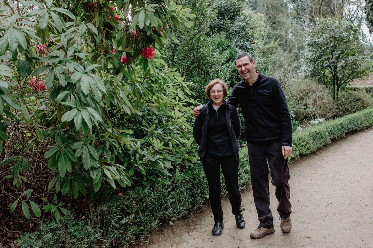 Manolo y Carmen en su jardín.