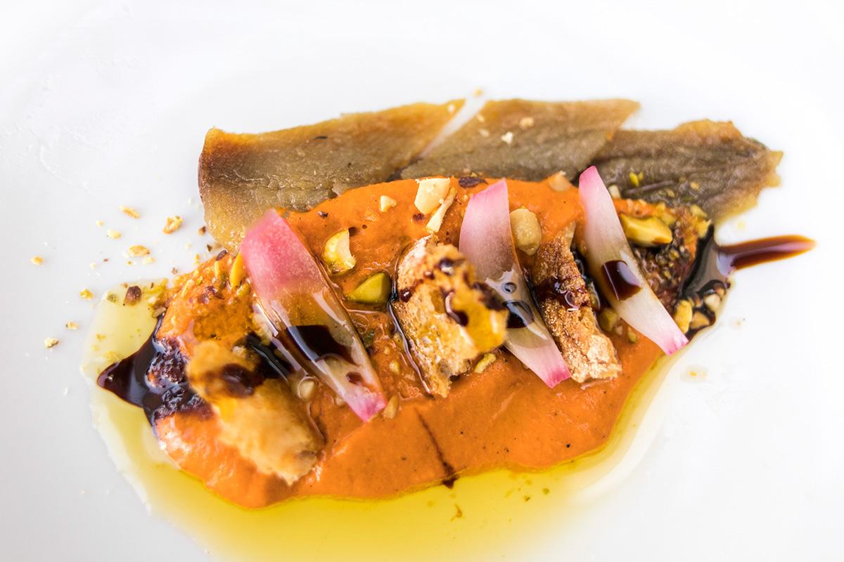 Sardina ahumada con crema de escalivada a la brasa y picada de pan y frutos secos.