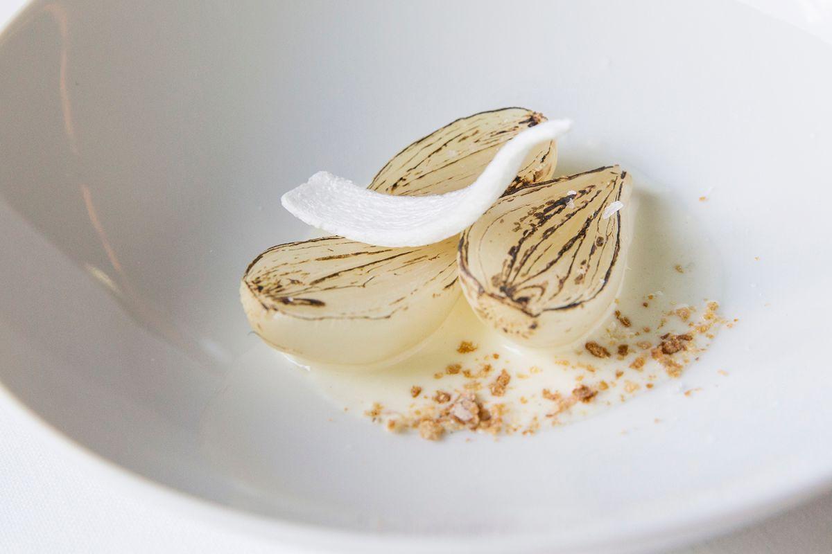 Cebolla dulce de volcán Croscat y queso de mas Farró en el restaurante Les Cols, en Olot (Girona). Foto: Kristin Block