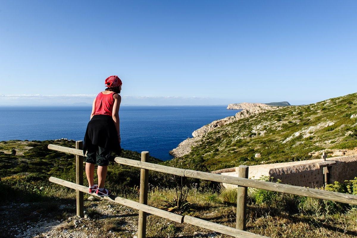 Un alto en el camino para contemplar las vistas al Mediterráneo que ofrece Cabrera. Foto: Shutterstock.