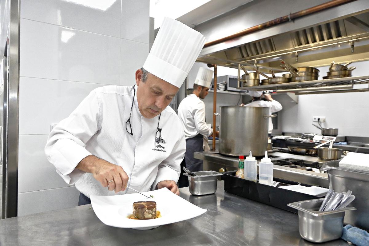El nuevo chef del restaurante 'Álbora' emplatando un codillo de exposición.