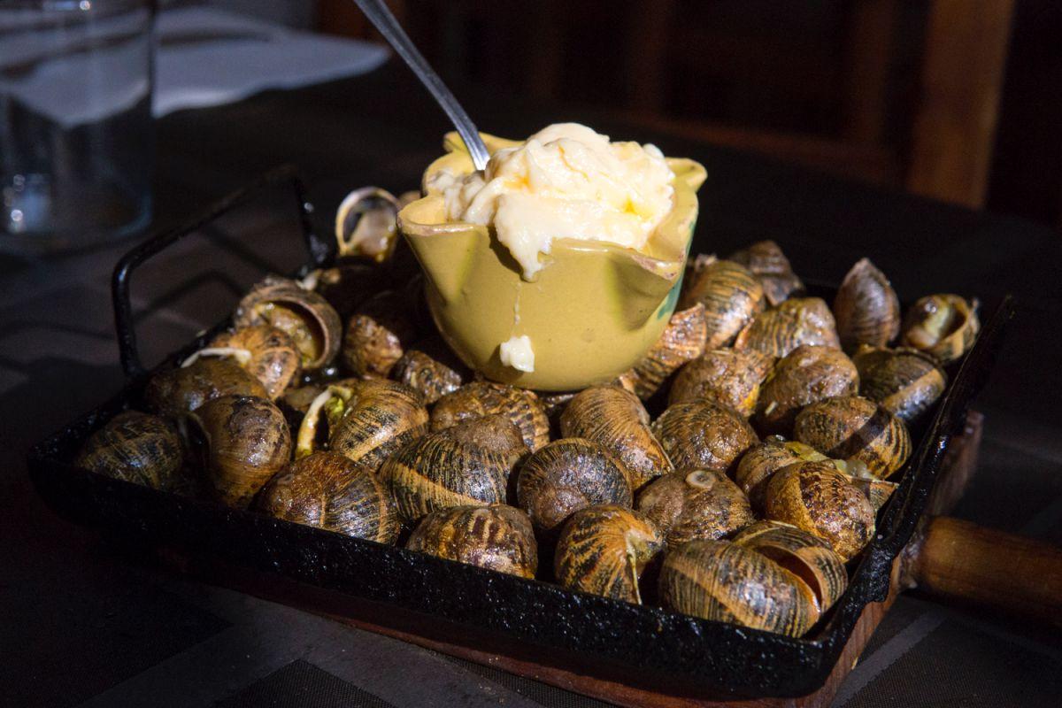 Los 'escargots' con su salsa, listos para ser servidos.