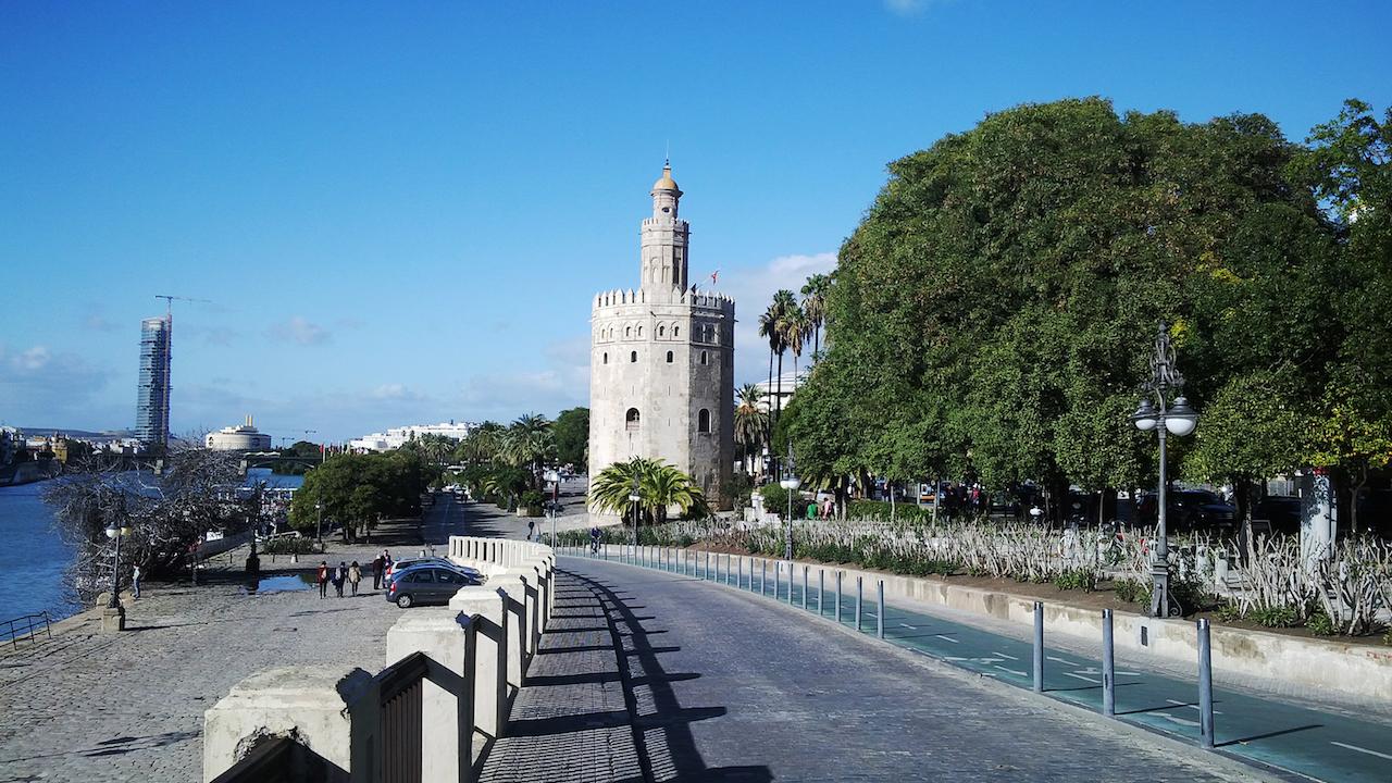 La Torre del Oro, asomada al Guadalquivir.