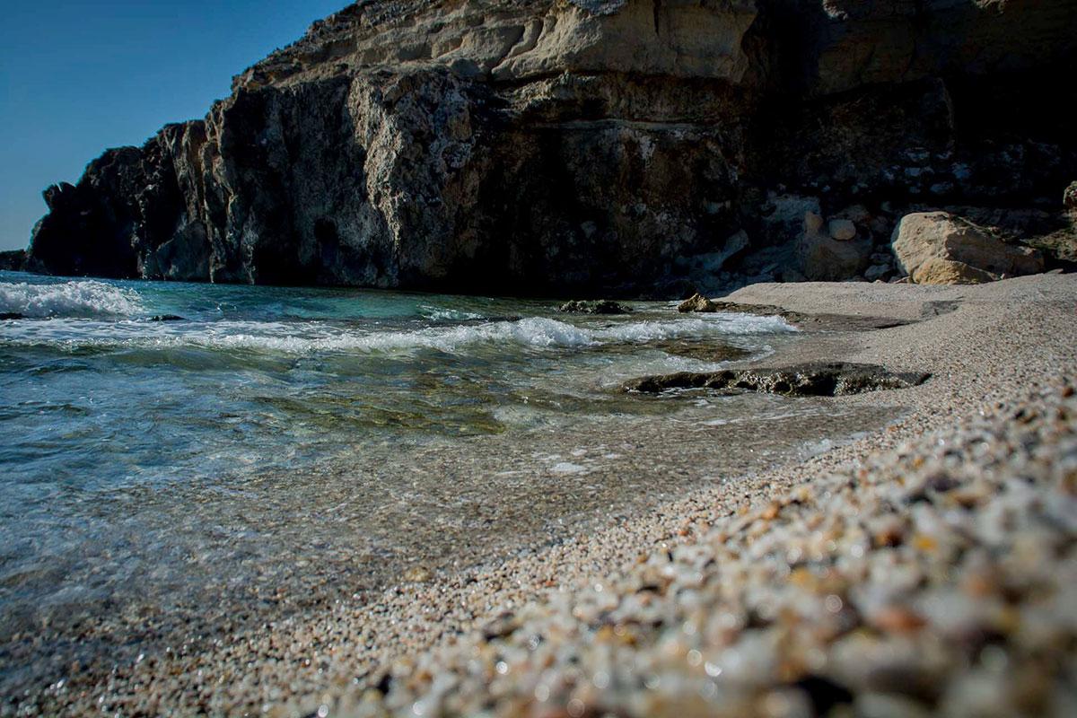 Las aguas del Corral contrastan con los marrones de Carboneras. Foto: Turismo de Carboneras
