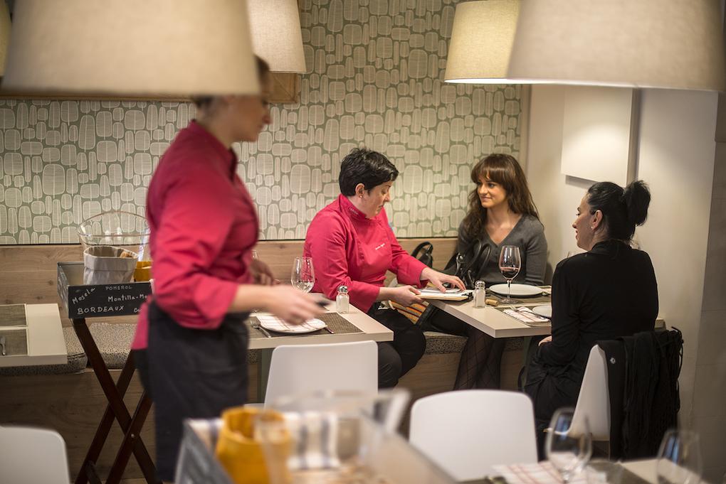 Marian 'cantando' los platos del día a unas clientas y explicando los hits del restaurante.