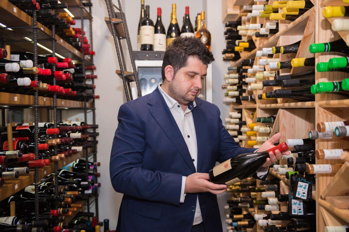 Adrián de Marco, sumiller del restaurante 'Magoga' en Cartagena, Murcia, en la bodega de vinos del local.