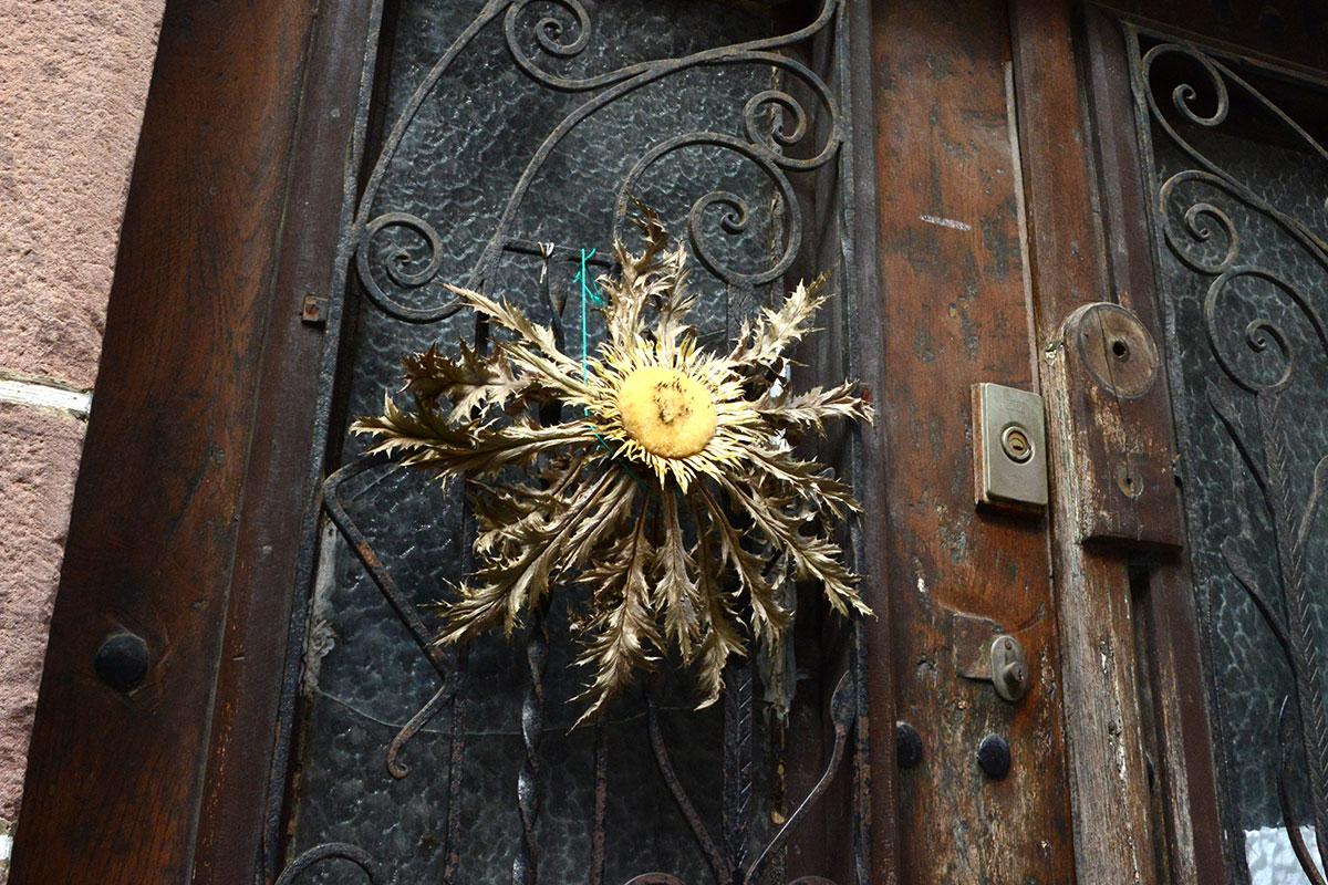 Zugarramurdi: Cardo de brujas clavado en una puerta. Foto: Alfredo Merino | Marga Estebaranz