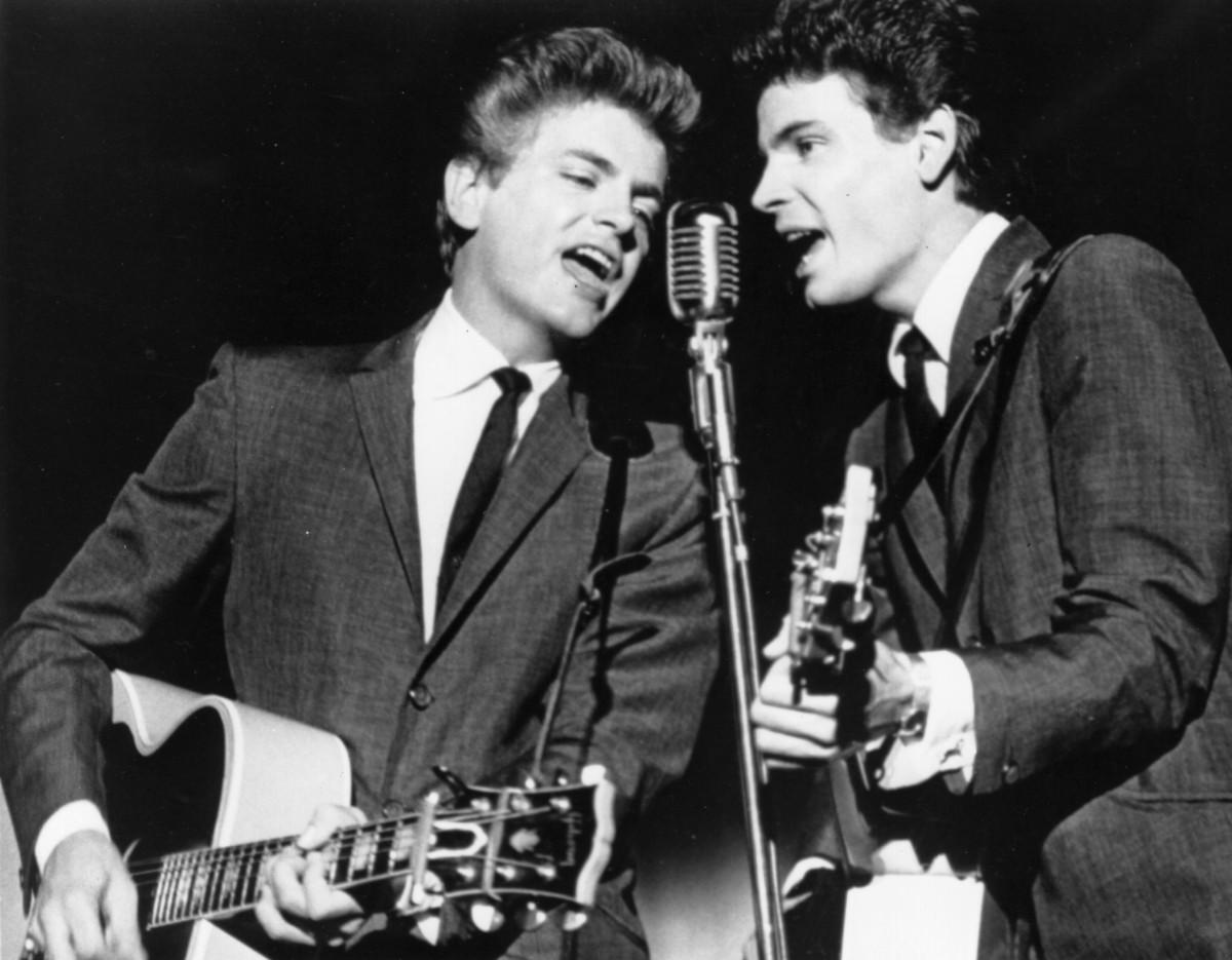 Foto antigua de The Everly Brothers en concierto.