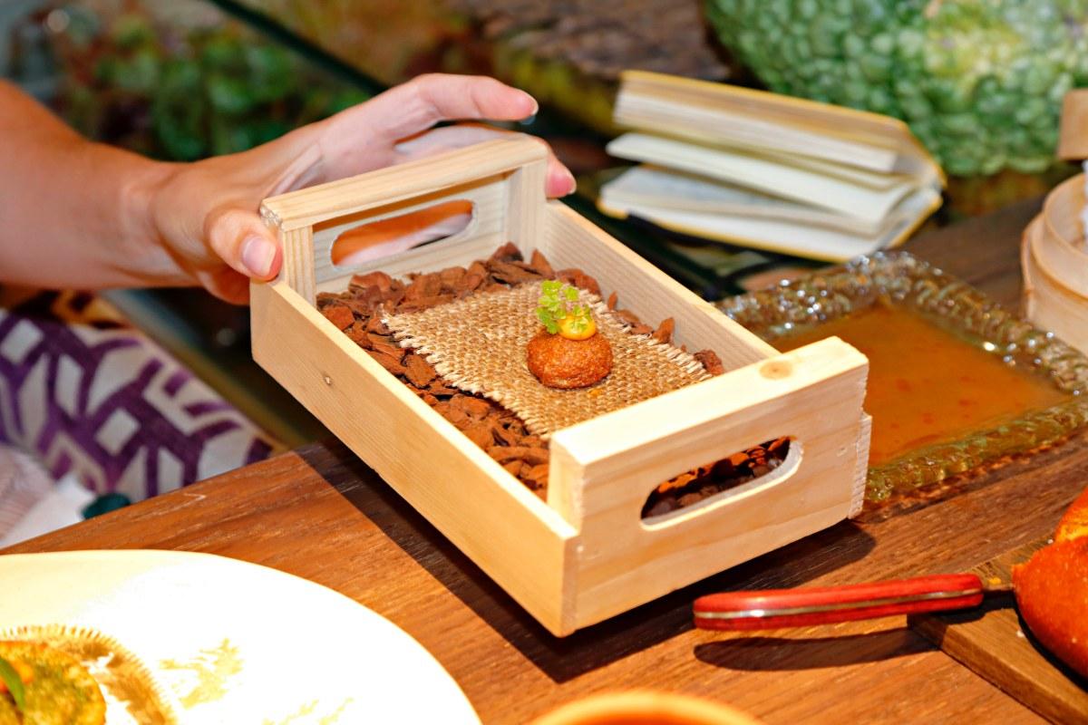 Croqueta de quinoa con emulsión de chipotle.