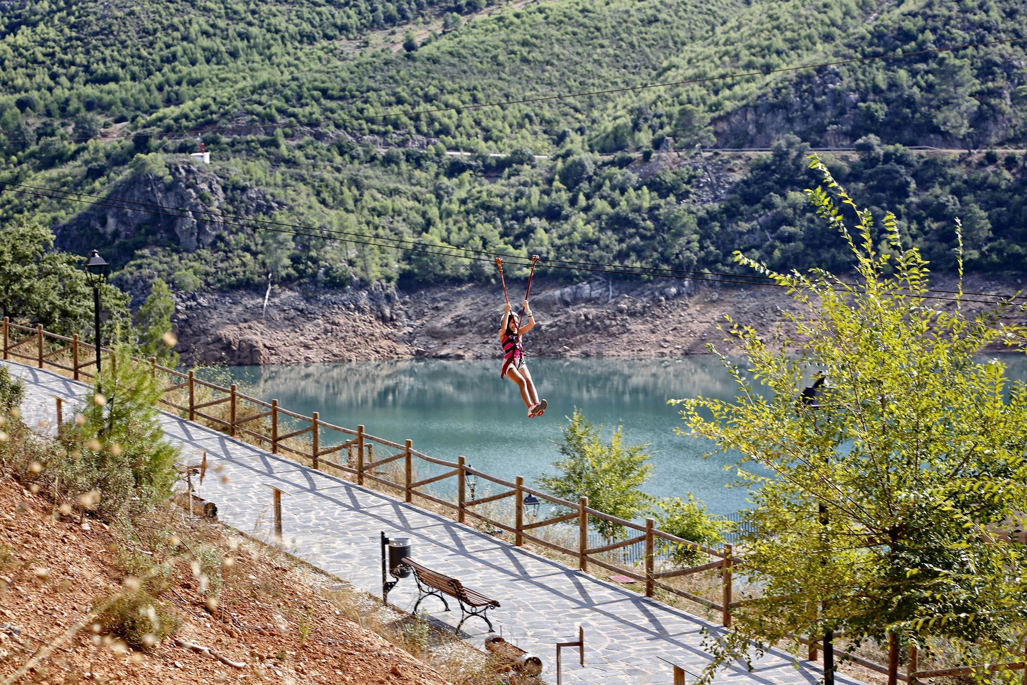 La tirolina ofrece un recorrido de 140 metros junto al pantano por 4 euros.