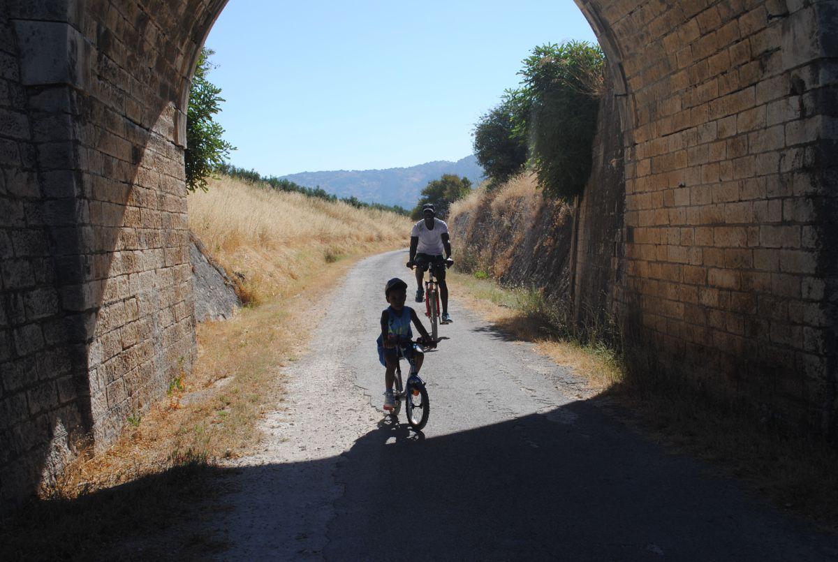 Túneles, puentes y locomotoras convierten la jornada en una auténtica aventura a dos ruedas.