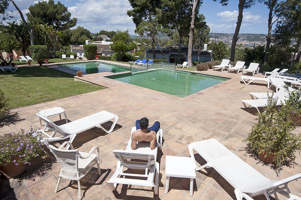 La piscina exterior está abierta todo el año, por demanda de los huéspedes extranjeros.