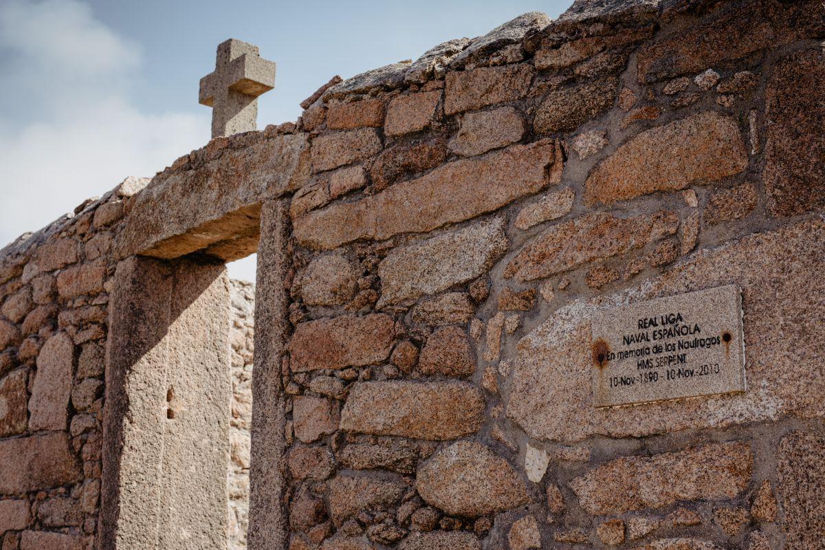 La entrada al cementerio de los ingleses en O Camiño dos Faros (Costa da Morte, A Coruña).