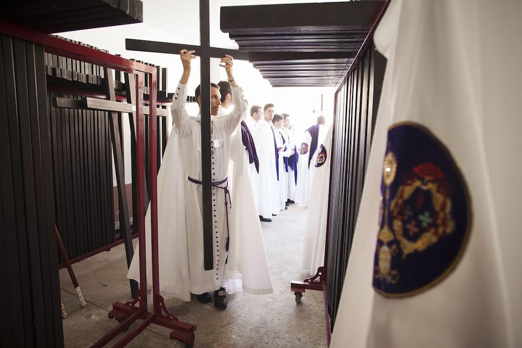 Preparación de las cruces de los penitentes antes de la salida de la Hermandad de San Benito. Foto: Ayto. Sevilla