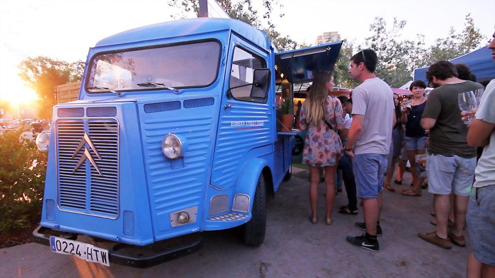 Y para comer... los mejores 'food trucks' de la zona. Foto: Fira de cerveses artesanes del Poblenou.
