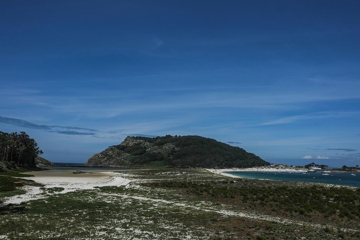 La playa de Rodas y el Lago de Cíes, uniendo la Isla del Norte y la del Medio, otra imagen increíble de Cíes.