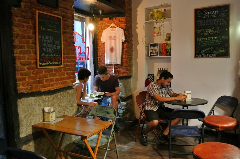 Este cine-bar es uno de los locales de moda de Lavapiés. Foto: Camino Martínez.